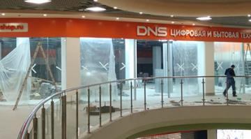 """Начало работ по оформлению новой торговой точки """"DNS"""" в ТЦ """"Манеж"""""""